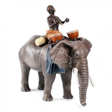 Elefante con esclavo al tambor